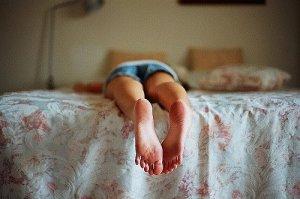 tirada en la cama