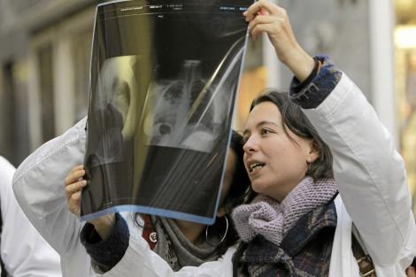 Médicos residentes contemplan una radiografía.