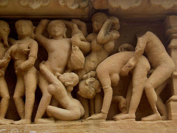 800px-Khajuraho-Lakshmana_Temple_erotic_detal1